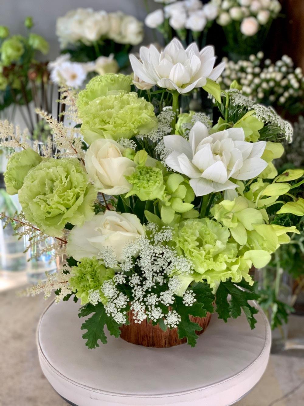 ロゴと内装に合わせた、白とグリーンのクリニック様開業祝い花