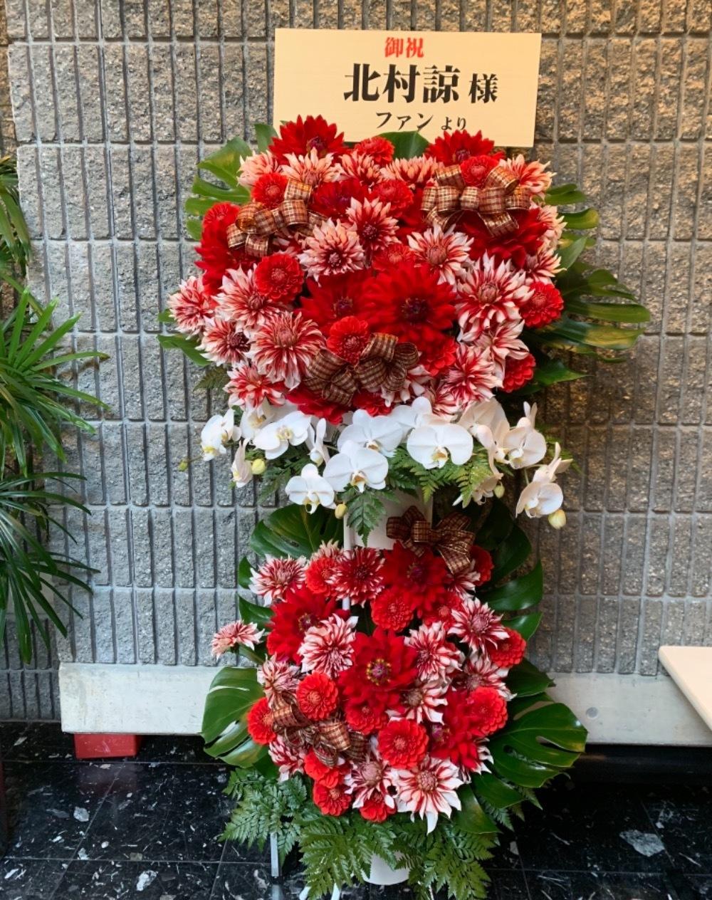 ダリアと胡蝶蘭が印象的な ご出演スタンド花