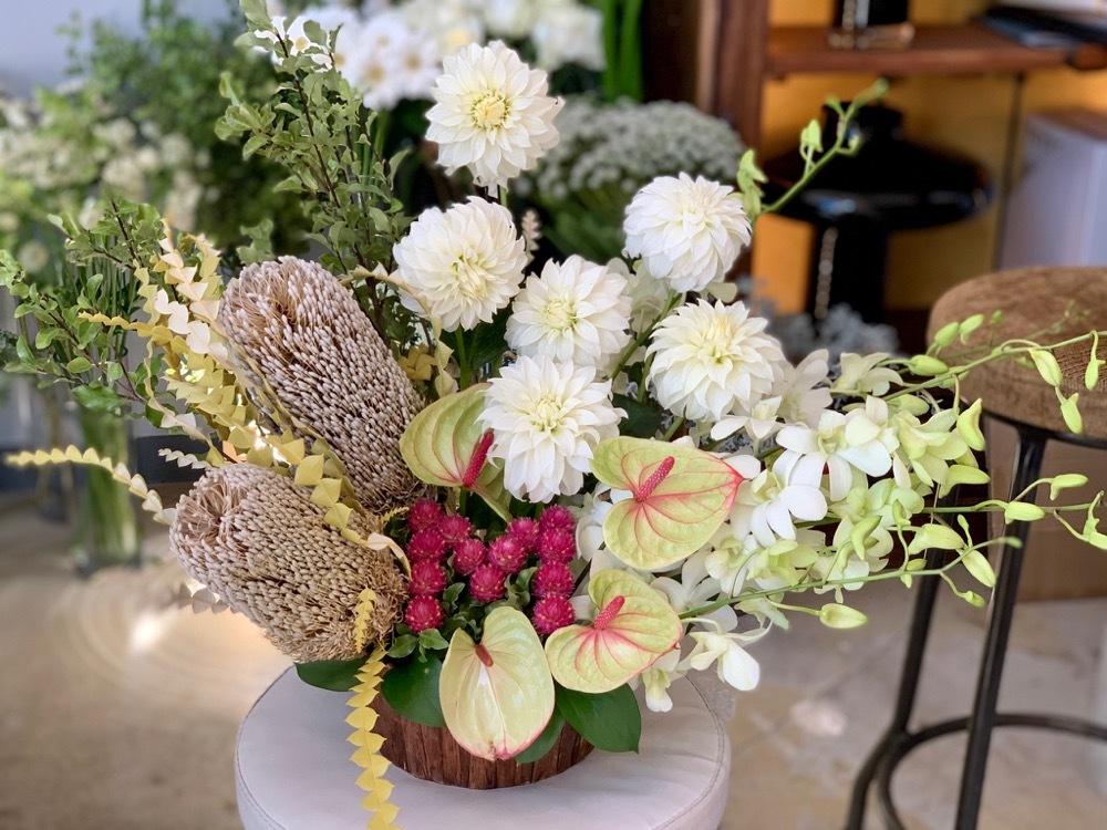 社名のイニシャルをあしらったご移転祝い花