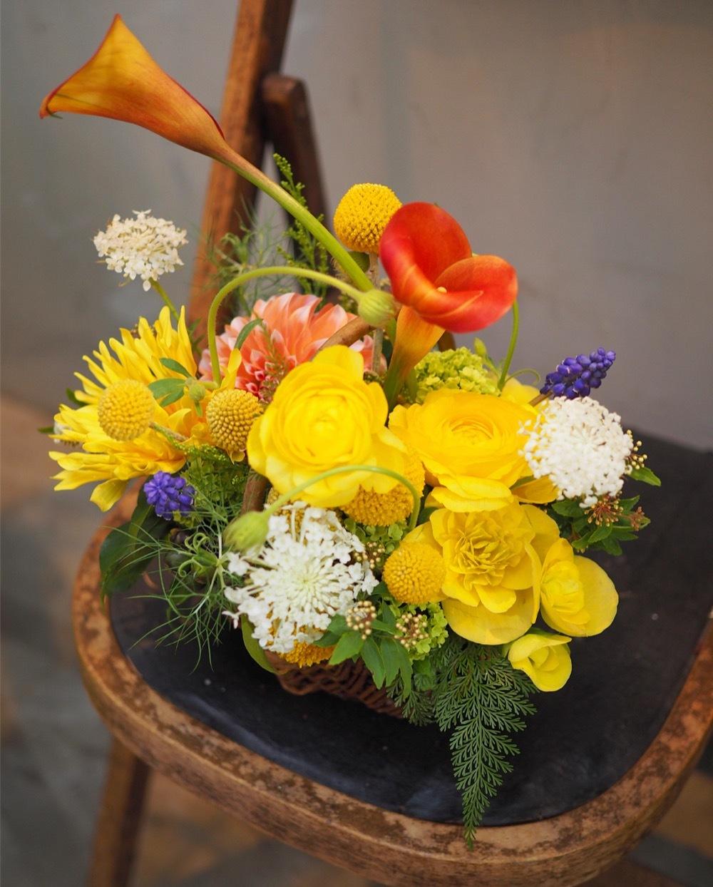黄色のラナンキュラスを使用したお祝い花