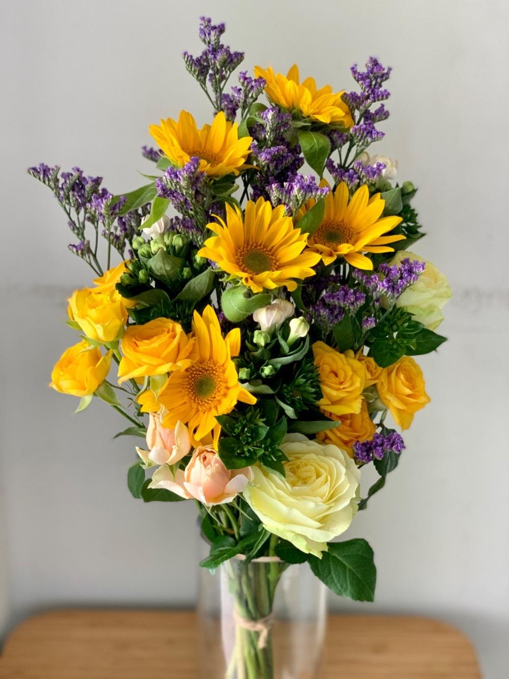 紺色の陶器に合わせて 上品な母の日の祝い花