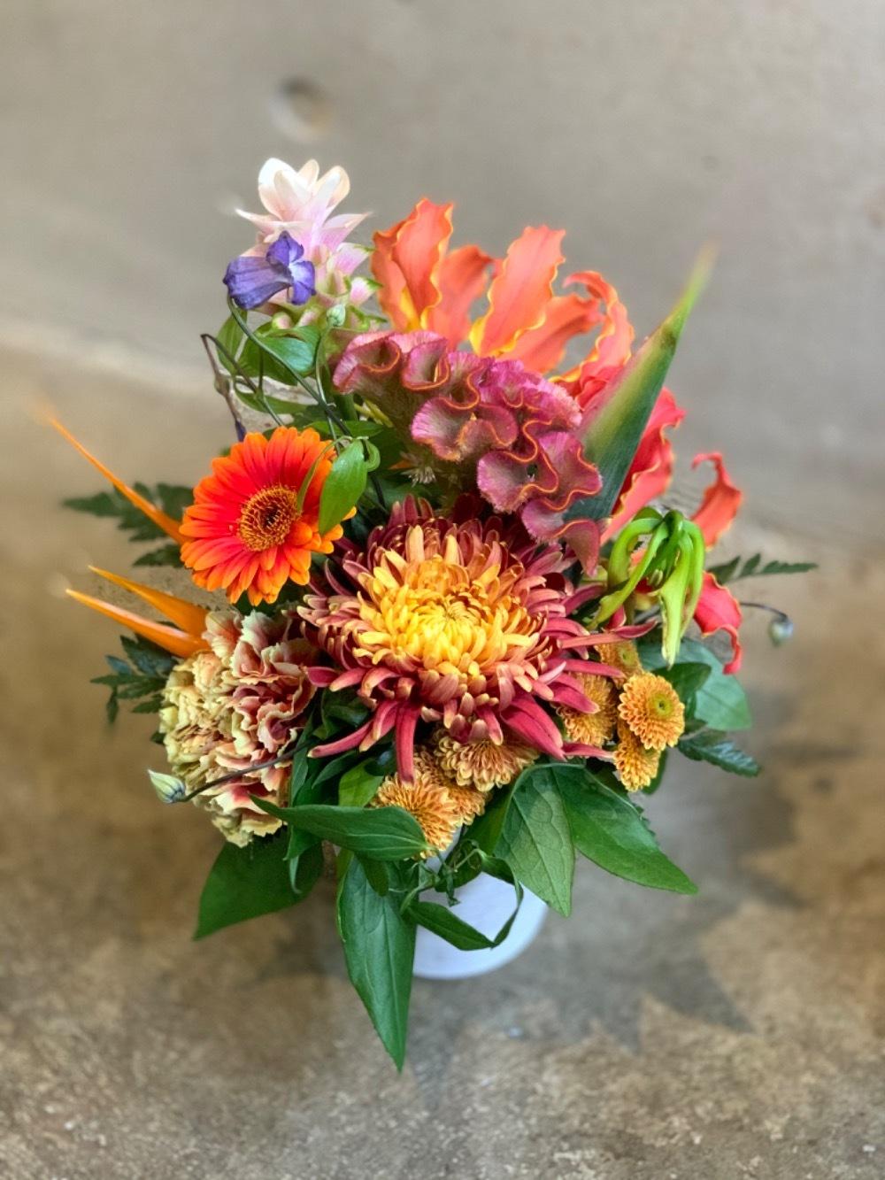 モダンで暖かいカラーのお祝い花