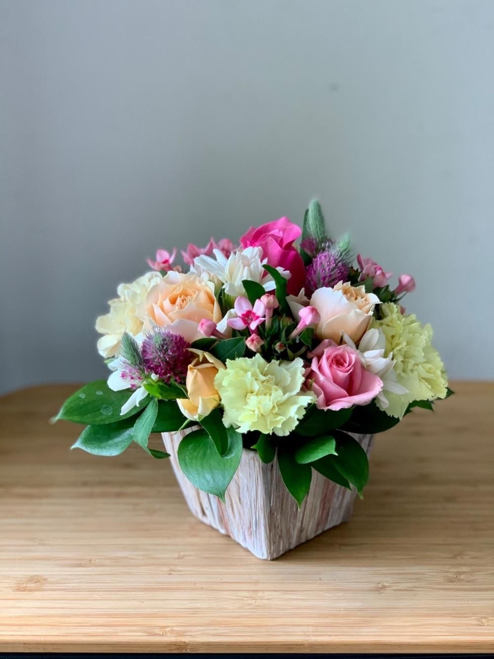 暖かく可愛らしい色味で元気にアレンジしたお祝い花