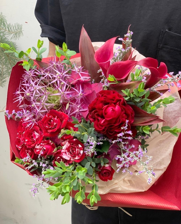 奥様のお好きな赤をブーケにつめこんだお祝い花