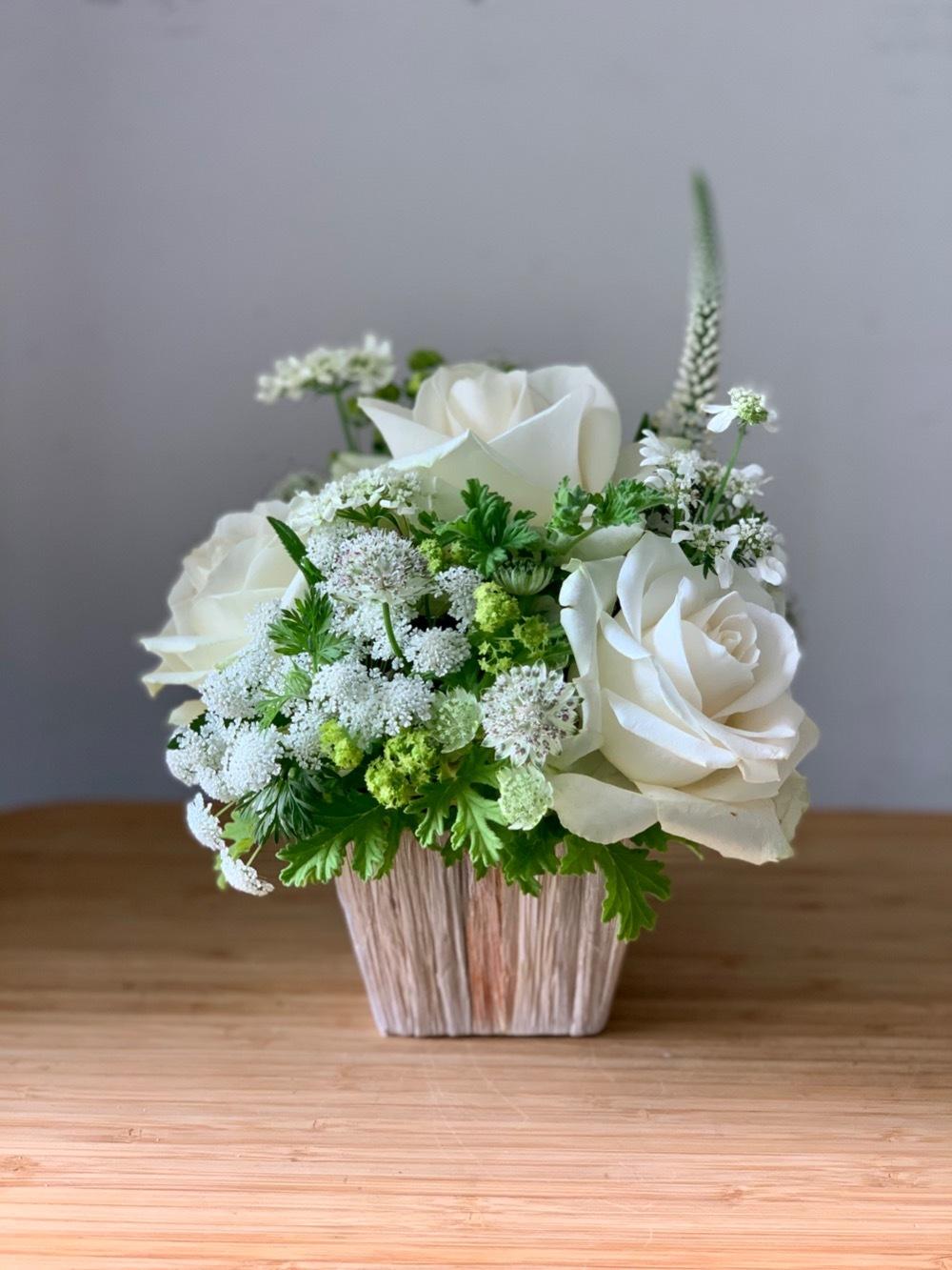 自然豊かな場所に開かれるカフェ様へ 白のナチュラルな開店祝い花