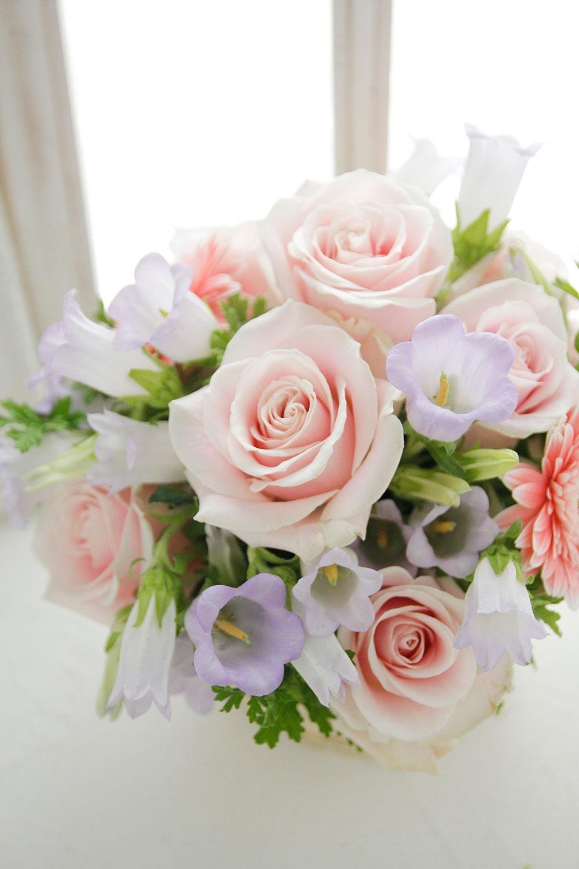 お好きなピンク色をメインにした白のおうちに合うやわらかく優しい雰囲気の引っ越しお祝い花