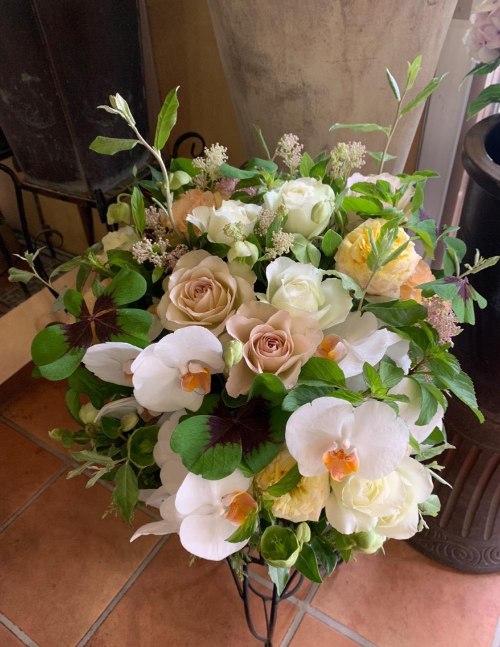 胡蝶蘭とバラを合わせたナチュラルアレンジ L