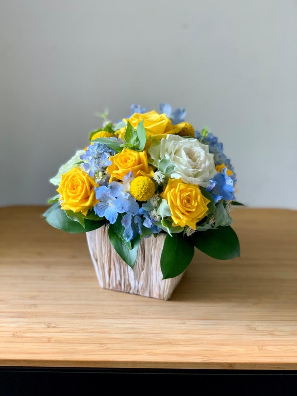 「ありがとう」の気持ちを込めた黄色とブルーの淡い色合いのアレンジメント