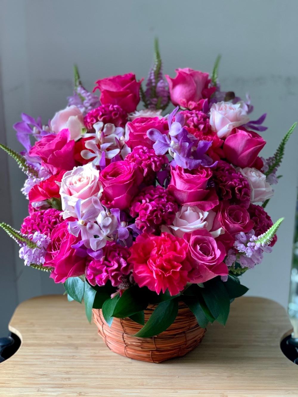 お届け先のブランドロゴのお色味でおつくりした移転お祝い花