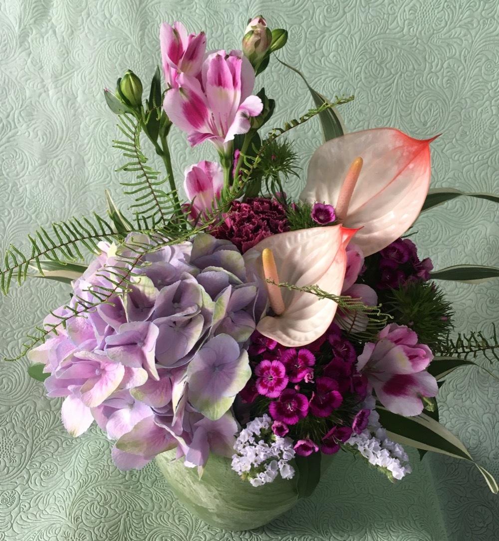 紫の花々が優しく上品な母の日お祝い花