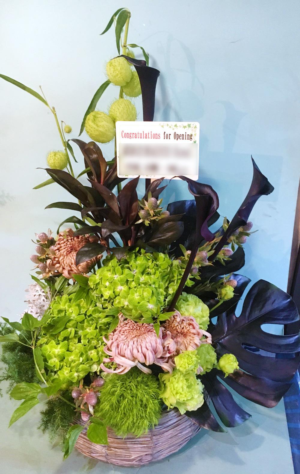 緑と黒が貴重のスタイリッシュなホテルにマッチする開業祝い花