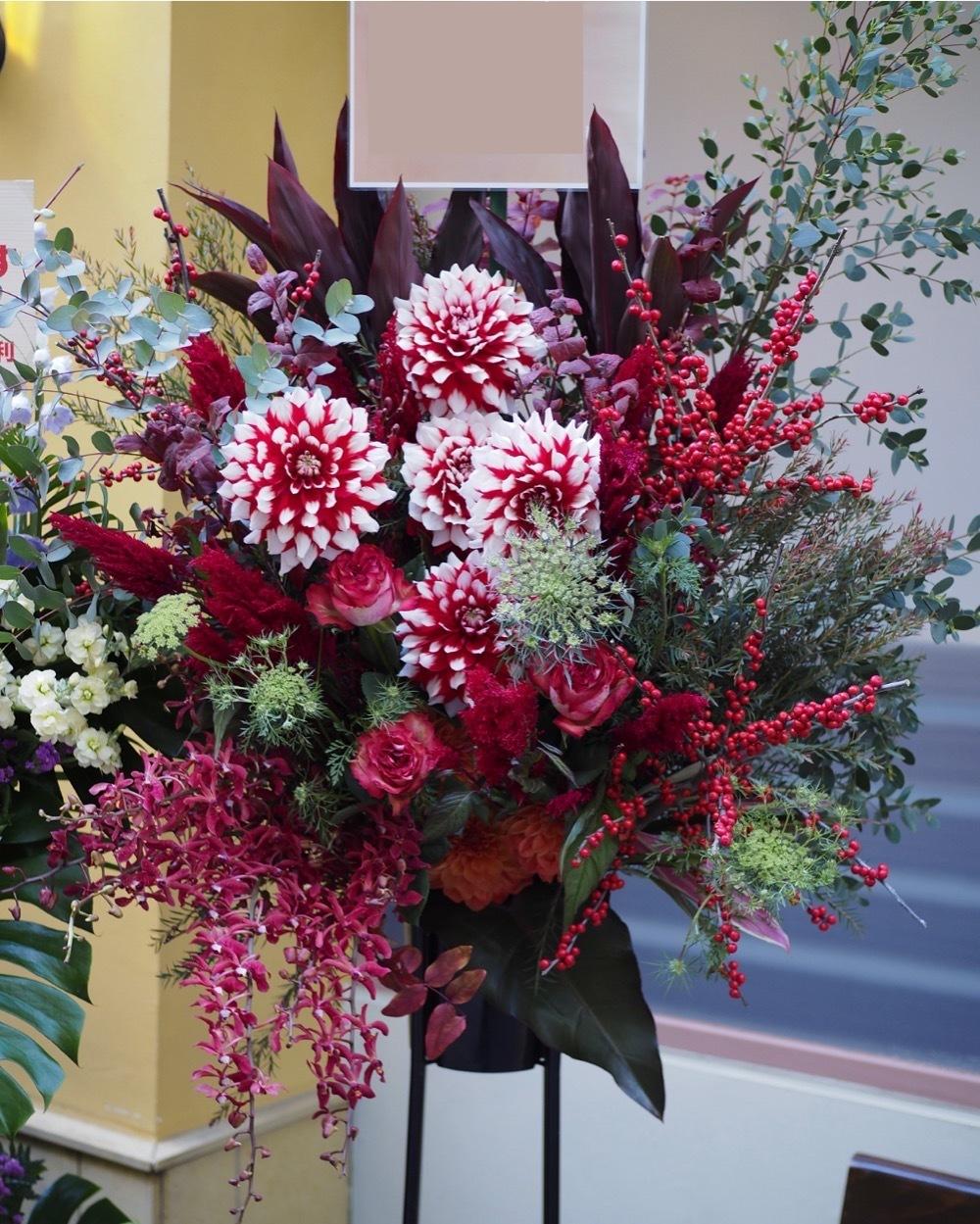 開店祝いのダリアが印象的なスタンド花
