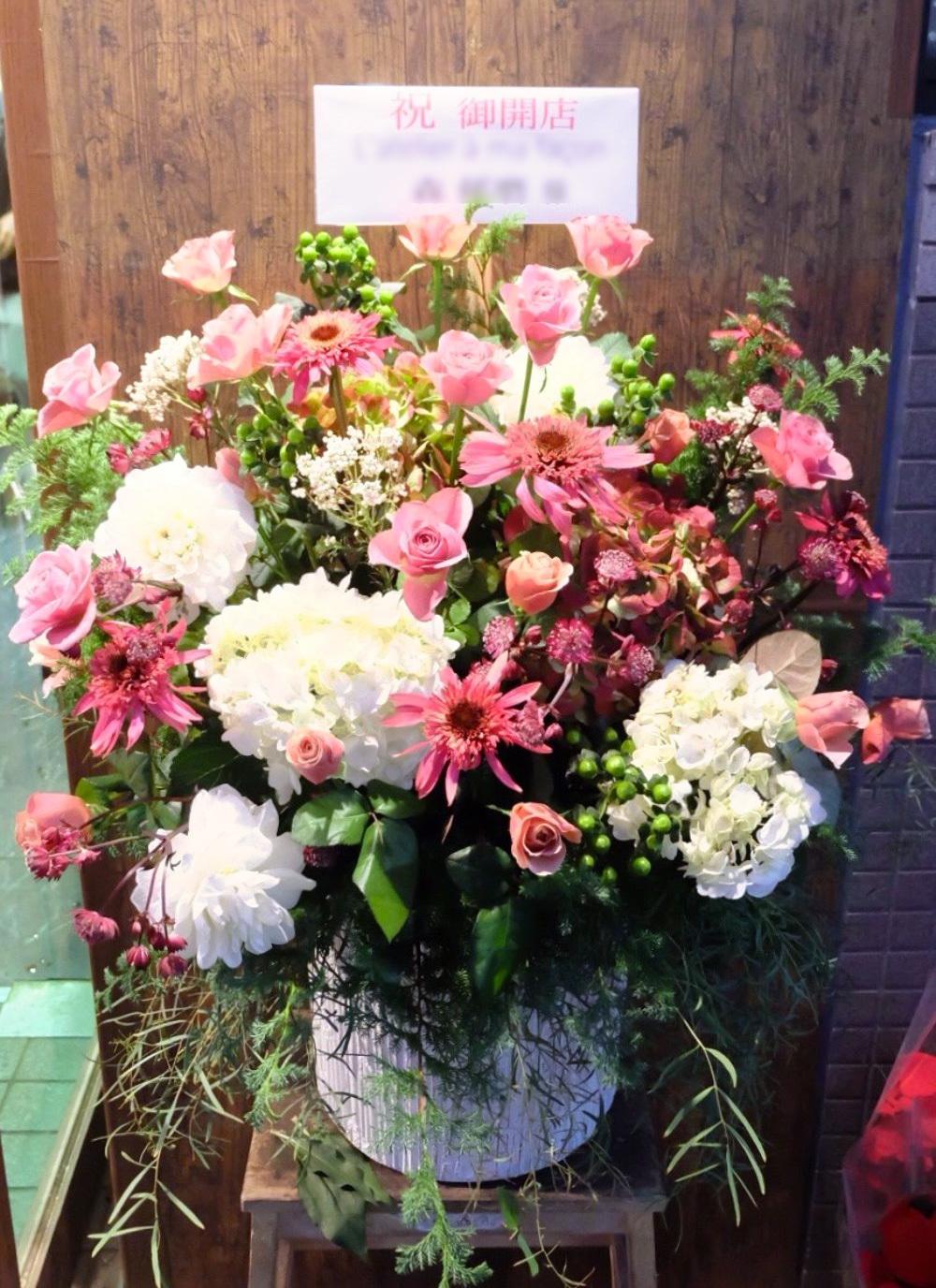 アンティーク調のカフェ様へ、くすみピンクと白の落ち着いた開店祝い花