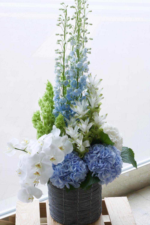 コーポレートカラーのブルーを使った爽やかな祝い花