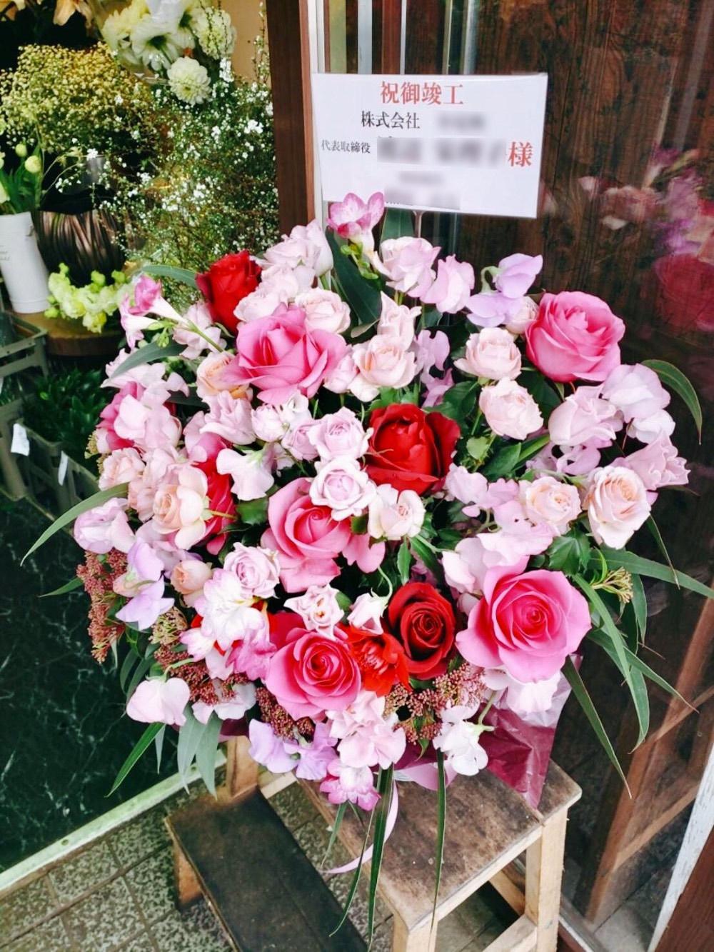 「女性の社長様へ」赤の印象的な竣工祝い花