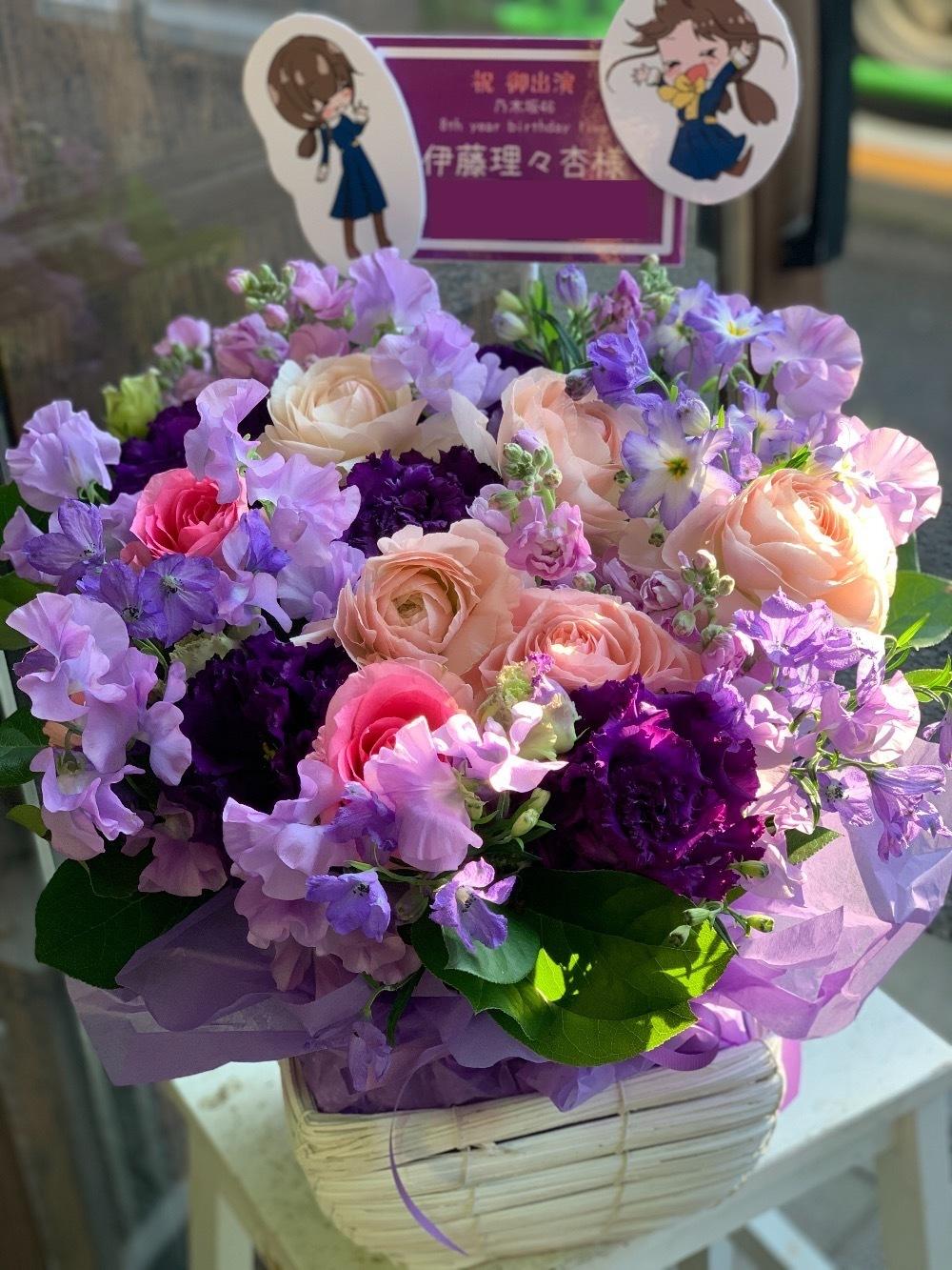 淡い紫のスイートピーを使用したお祝い花