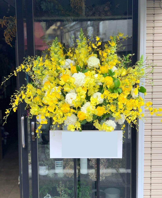 黄色の花々が春を感じさせる早春のご出演祝いスタンド花