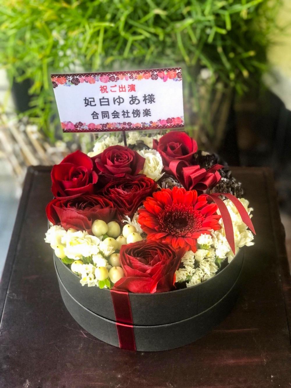赤の印象的な公演お祝い花
