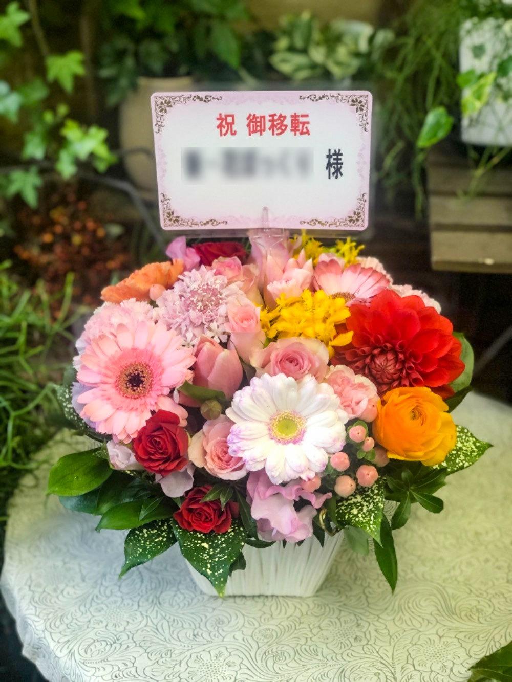 女性らしいピンク、あたたかいお人柄を表現したご移転祝い花