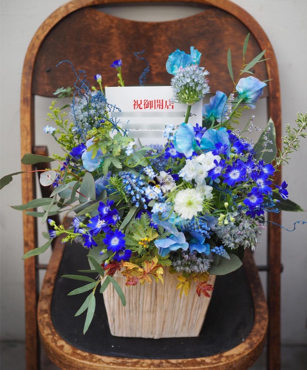 青い内装に合わせて サロン様にお届けしたご開店祝い花