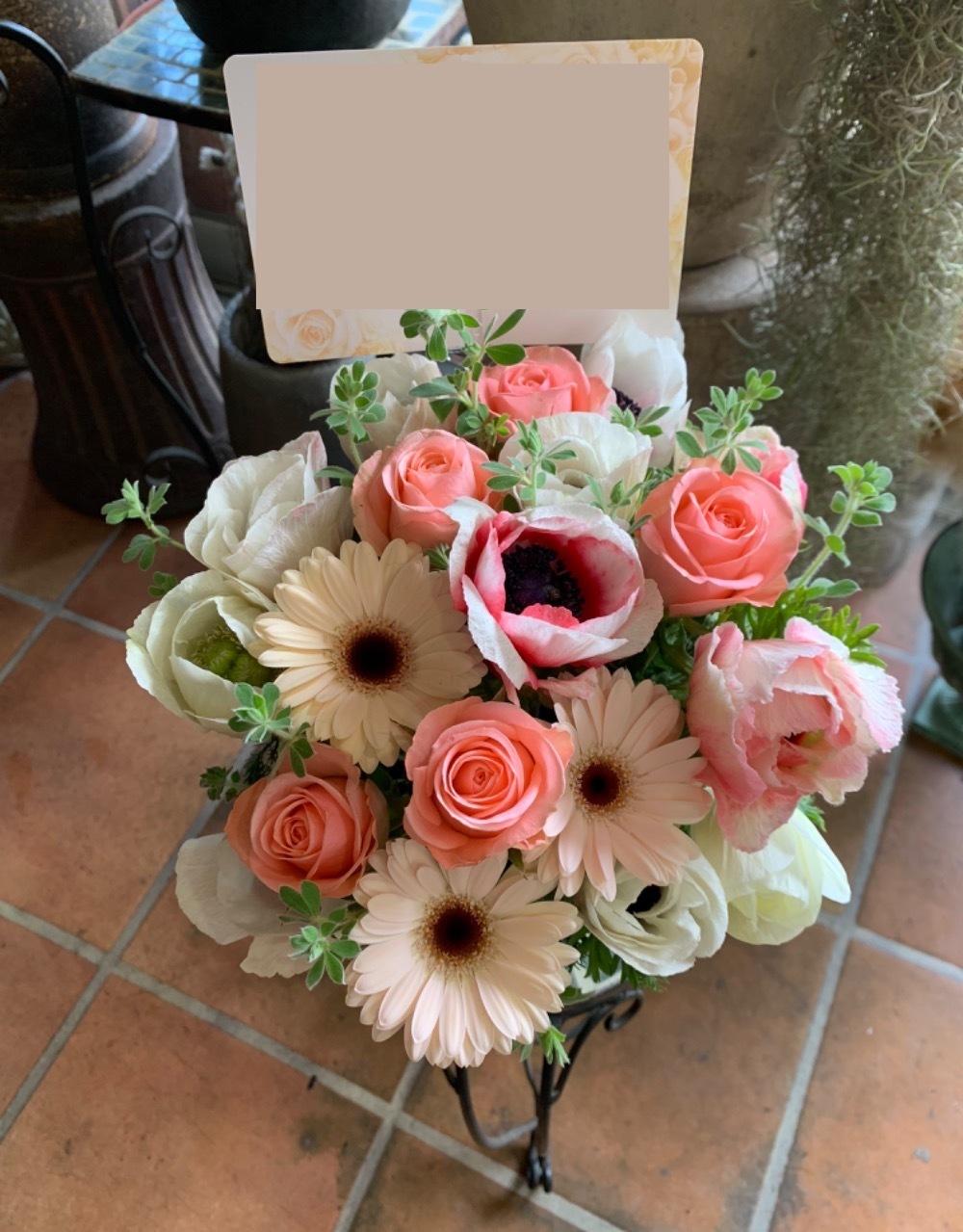 淡いピンクのガーベラを使用したお祝い花