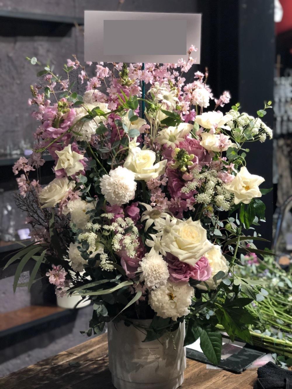 春を感じさせる桜と上品な白バラが印象的なご移転祝い花