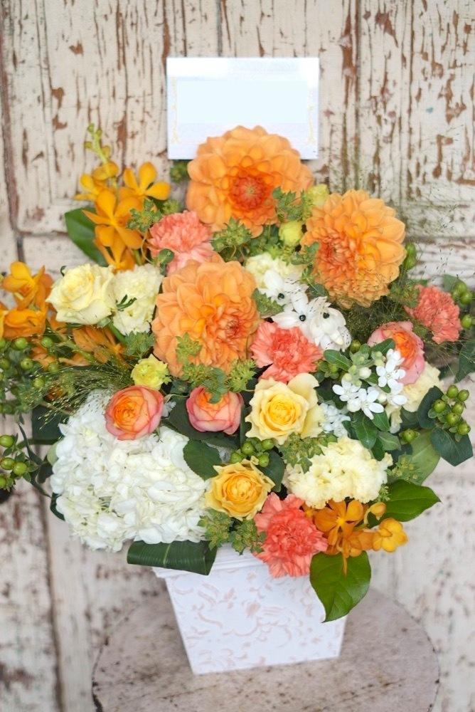 周年祝いの明るく華やかなアレンジ花