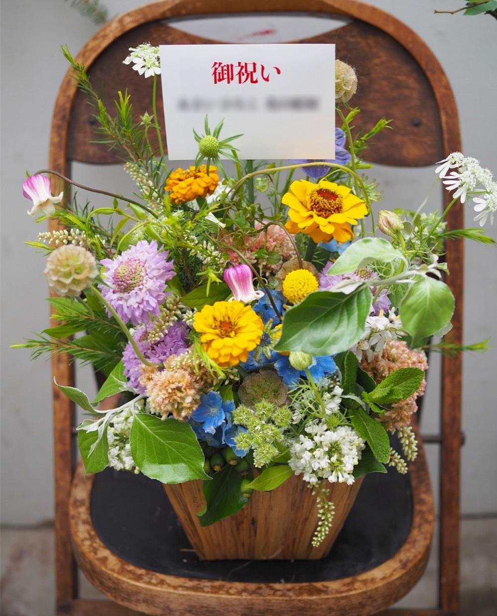 野に咲く花々の水彩画展へ 個展開催祝い花
