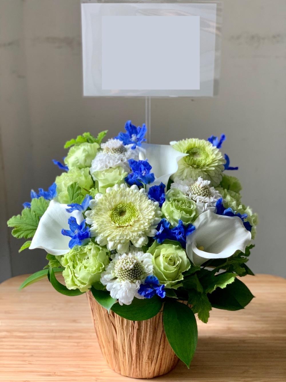 青のデルフィニウムを用いた昇進・昇格祝い花