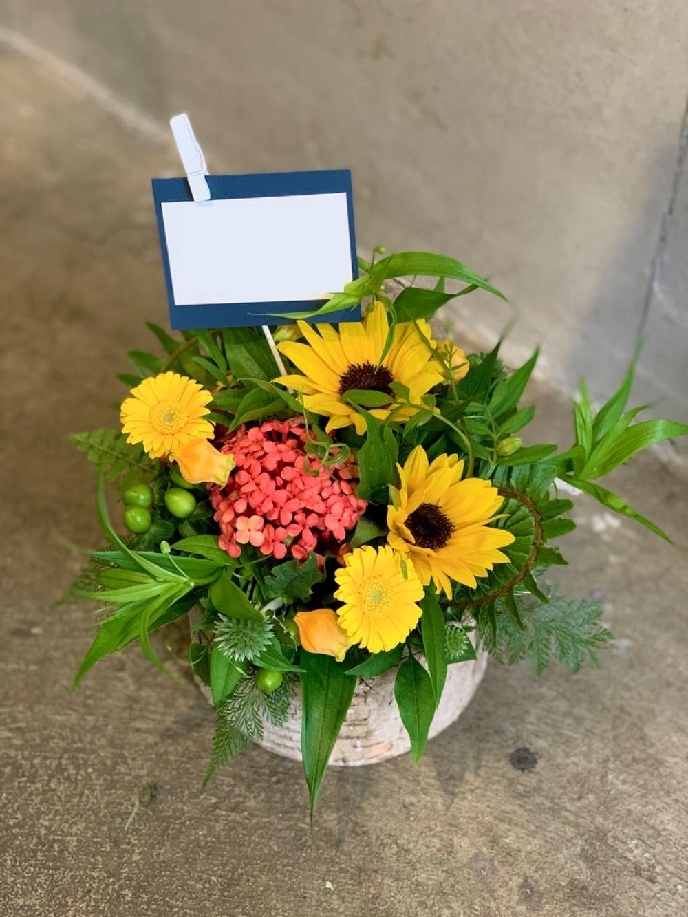 「お店に来て下さるお客様も、気持ちが明るく和らぎますように」ひまわりが印象的な周年祝い花