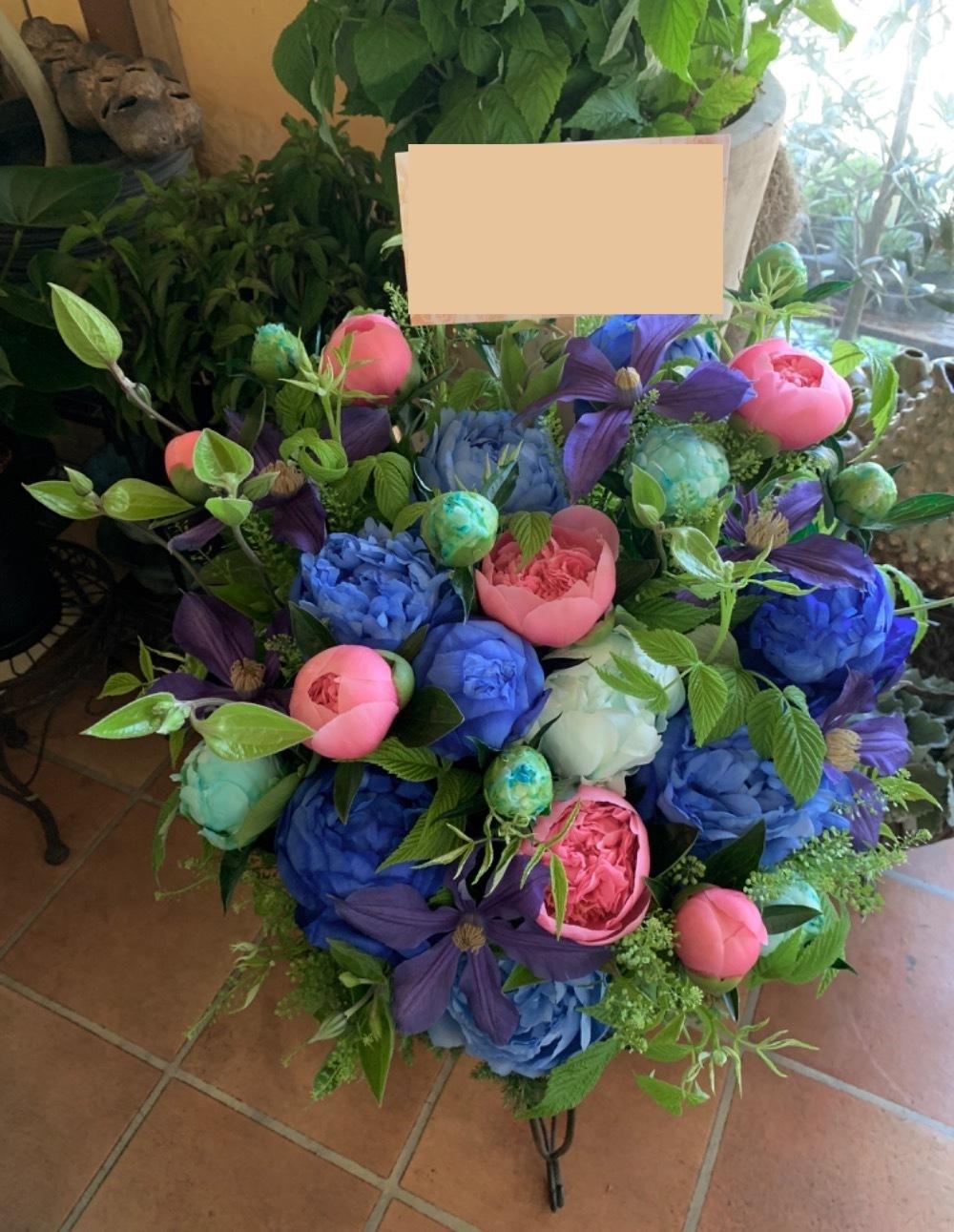色合いとボリュームで印象付ける!製造会社さまお祝い花