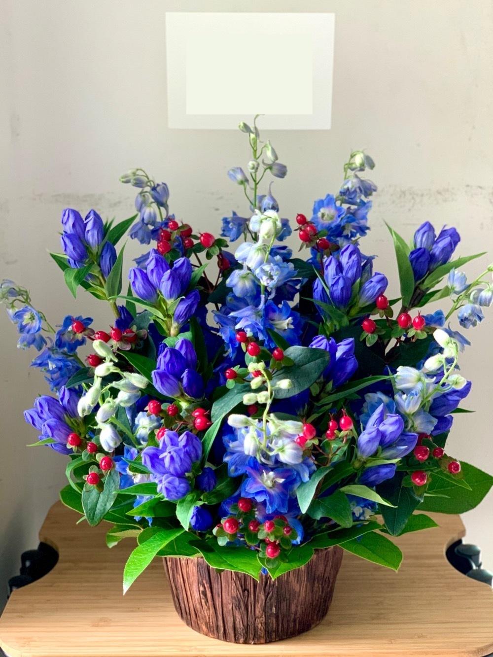 「大変な時期にありながらも、1周年おめでとうございます」鮮やかなブルーが印象的な周年祝い花