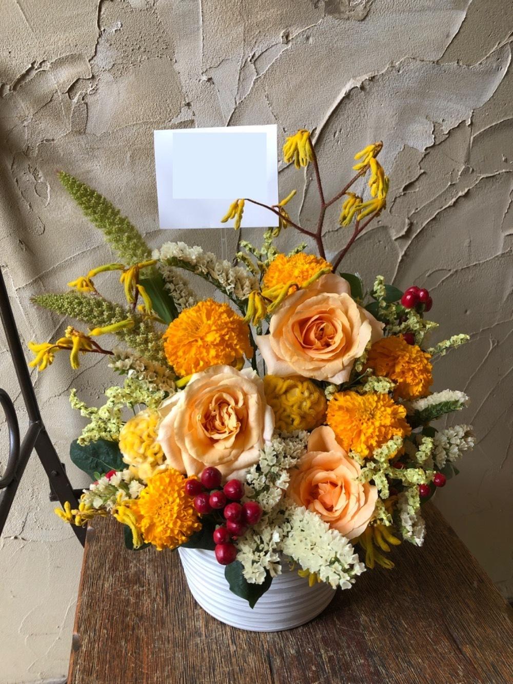 「春に似合うデザインで」オレンジの美しい移転祝い花