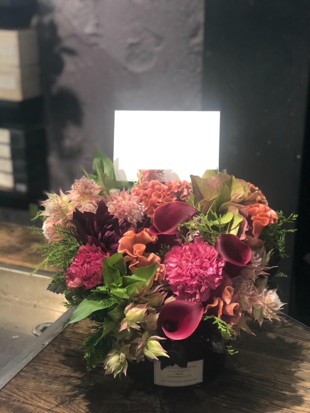 「バーの店内で映えるものを」シックな色味が美しい移転祝い花