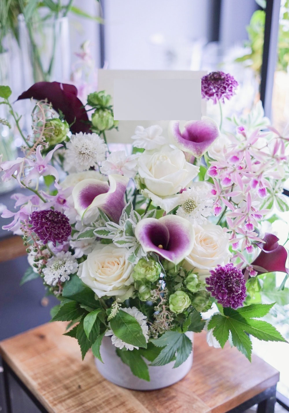 「ケーキ屋さんの開店祝いに」白と紫のコントラストが美しい開店祝い花