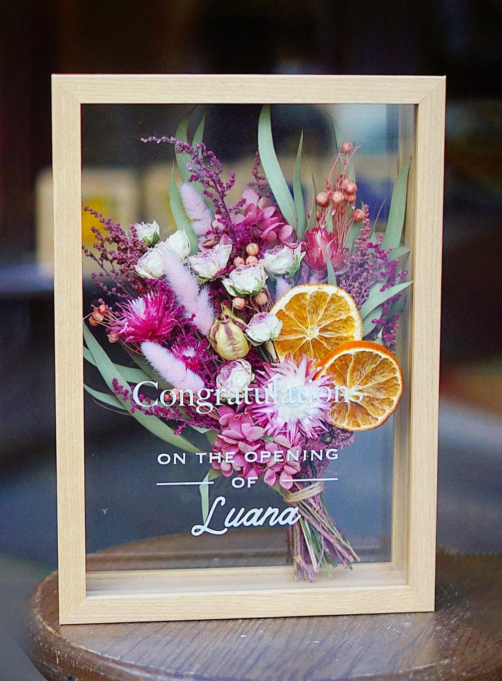 ピンクのドライフラワーにお店ロゴを添えて フレーム入りのご開店祝い花