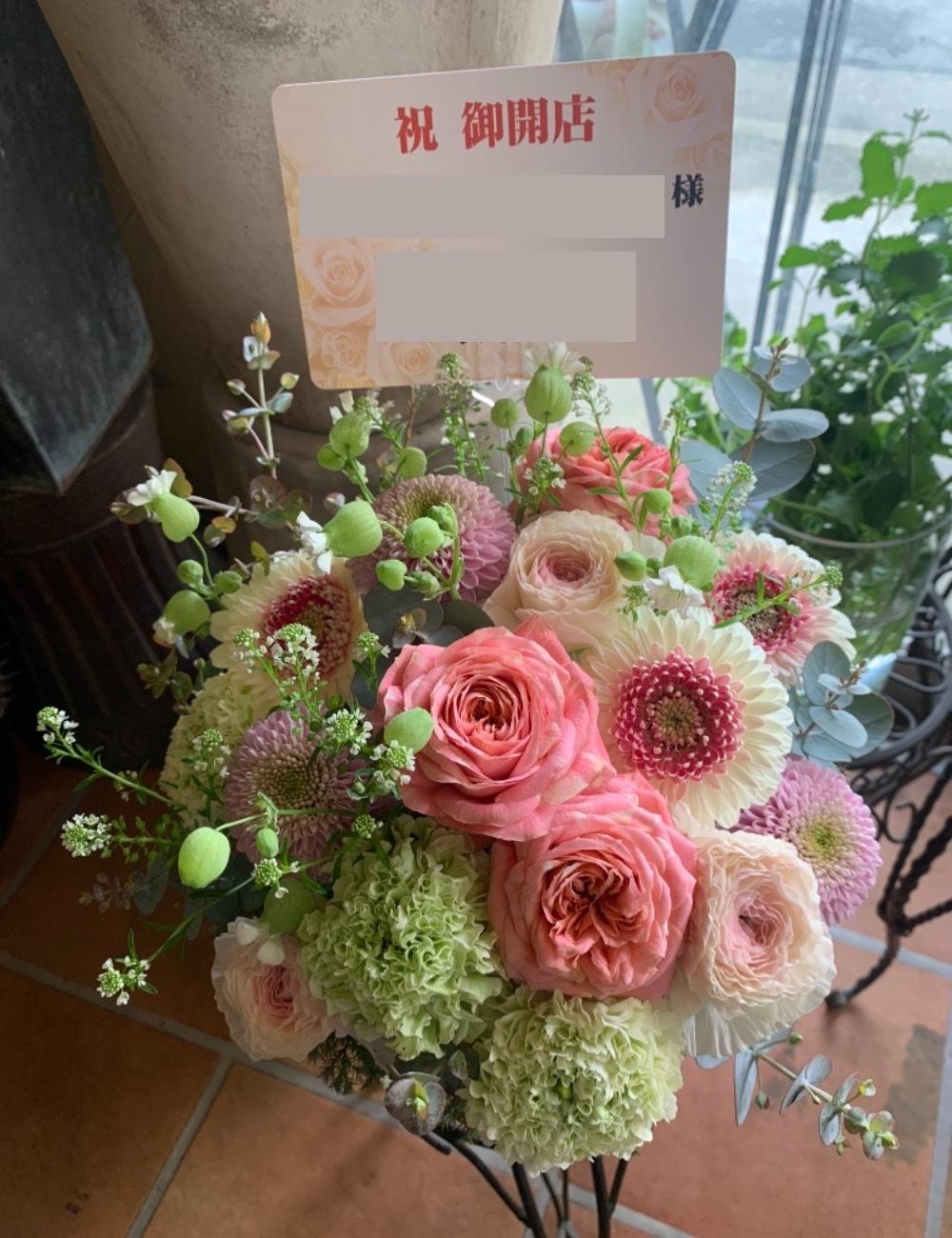 お店の雰囲気に合わせたピンク系の上品な可愛らしさのあるナチュラルな色合いの開店祝い花
