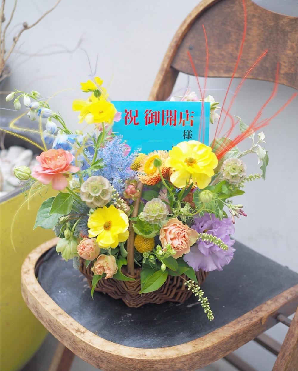 「虹にまつわる店名に合わせて」虹をイメージした柔らかな色味の開店祝い花