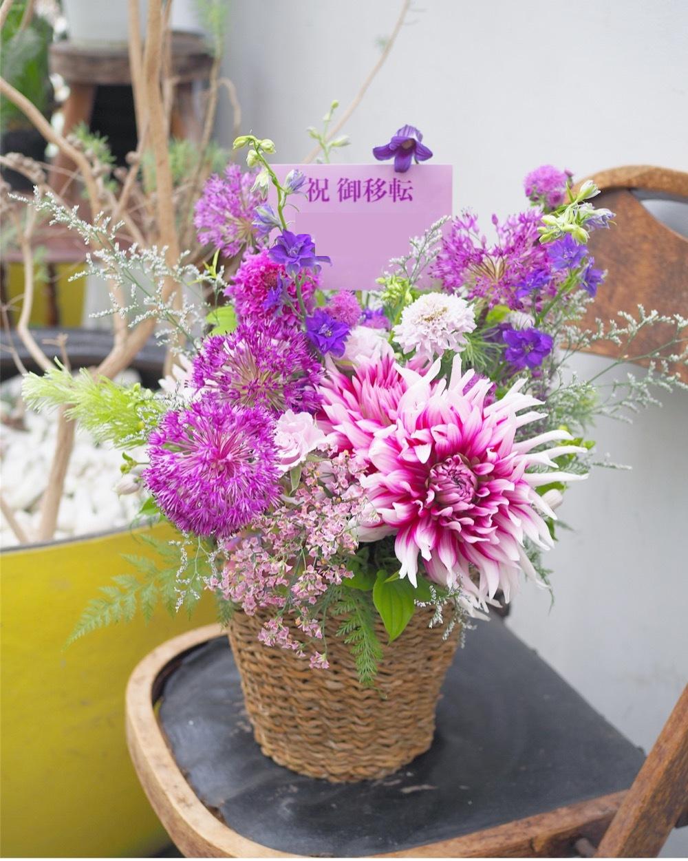 エステサロン様のイメージカラーでおつくりした紫色の移転お祝い花