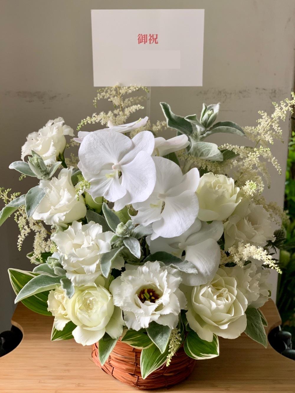 白を基調としたボリューム感のある開店お祝い花