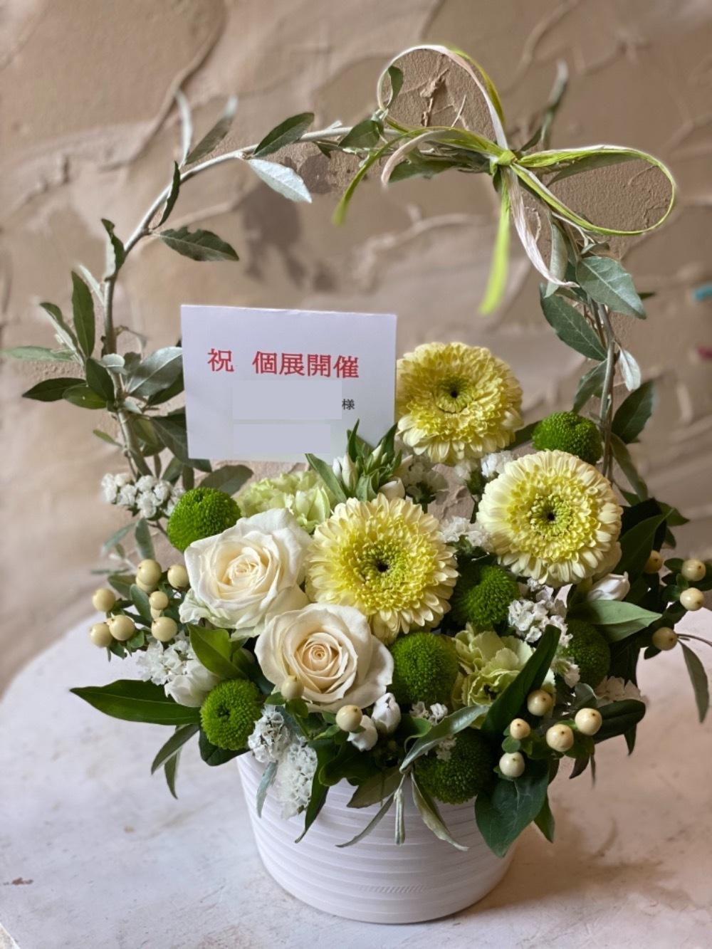 ご友人の個展開催お祝いの白とグリーンを基調としたお祝い花