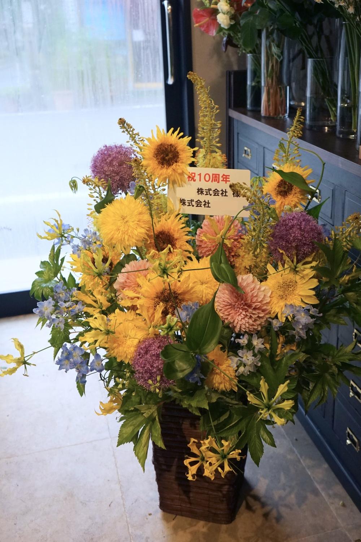 法人10周年のお祝いに イエローベースの夏らしい祝い花