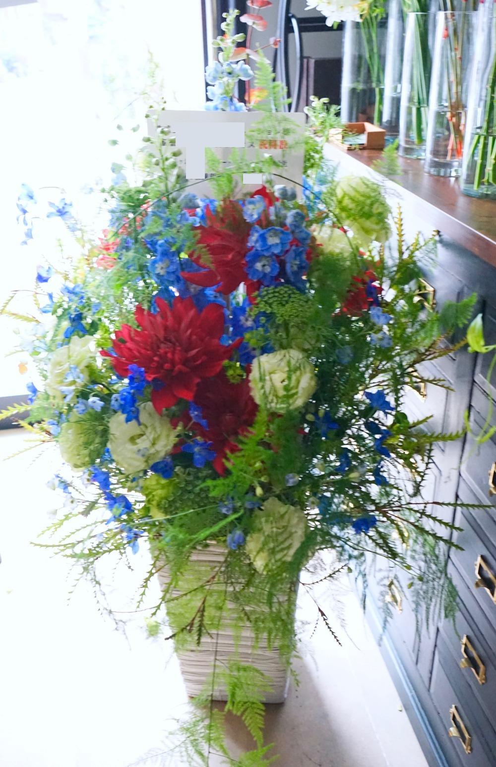 オフィス移転のお祝い ウッディーなオフィスに合うコーポレートカラーの祝い花