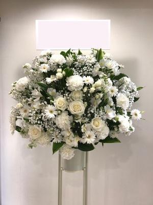 純白と緑が美しいご出演スタンド花