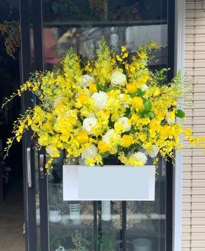 開店祝い・移転祝いにもおすすめ 黄色が華やかなスタンド花