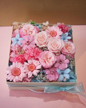 上場祝いにも ボックスのプリザーブドフラワー祝い花