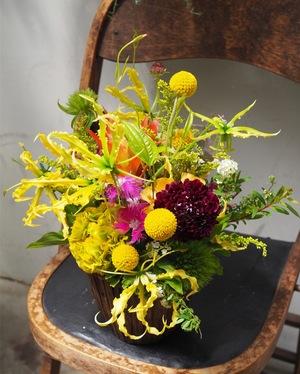 食卓を明るく 母の日のアレンジ花