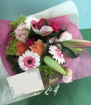 周年祝いにも人気の百合が入った花束