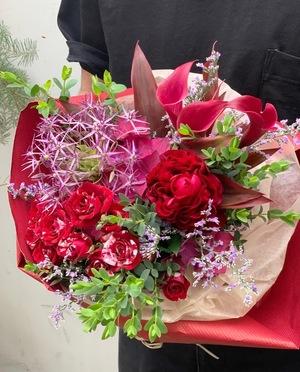 赤い花々をブーケにつめこんだフラワーギフト