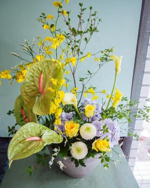 傘寿や米寿のお祝いにもぴったりの黄色のアレンジ花
